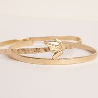 🔍 Zoom sur 2 nouveautés aujourd'hui :⠀⠀⠀⠀⠀⠀⠀⠀⠀ Le bracelet feuille d'or à 160 € et le jonc simplicity à 90 €.⠀⠀⠀⠀⠀⠀⠀⠀⠀ 👉Tous les détails sont sur mon site celinelareynie.com⠀⠀⠀⠀⠀⠀⠀⠀⠀ .⠀⠀⠀⠀⠀⠀⠀⠀⠀ .⠀⠀⠀⠀⠀⠀⠀⠀⠀ #braceletfantaisie #jonc #braceletfemme #decouvertecreateur #creatricefrancaise #createurfrancais #bijouxfantaisie #bijoufantaisiehautdegamme #madeinfrance