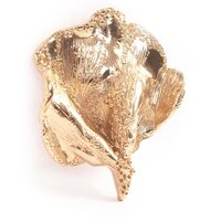 😊 Je découvre par hasard un article sur mon travail dans le magazine spécialisé «Bijoutier Horloger». Merci !!! En voici un extrait : BIJOUX CÉLINE LAREYNIE : NOS COUPS DE CŒUR •La broche Feuille d'or est tout bonnement superbe, elle sera parfaite pour sublimer une veste, un manteau, ou un foulard. •Les boucles d'oreilles Années Or en fonte de bronze recouverte d'or 24 carats oscillent entre style années 90 et architecture organique brute. Elles accompagnent à merveille toutes les tenues du quotidien. •La bague Scarabée reprend cet animal symbolique de l'Egypte Antique en le présentant sous la forme d'un bijou porte-bonheur qui ne quittera plus votre doigt. •Le collier Guzmania Maxi en fonte de bronze recouverte d'or 24 carats promet de sublimer avec finesse le décolleté avec son éventail de sculptures végétales.   ⠀⠀⠀⠀⠀⠀⠀⠀⠀ Merci !🌈 -> https://www.bijoutierhorloger.com/bijoux-celine-lareynie/  #bijouxfantaisiehautdegamme #bijouxdecreateur #bijouxfabriquésenfrance #bijouxmadeinfrance #artisanatfrancais🇫🇷